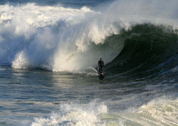 Big_wave_breaking_in_Santa_Cruz-resize